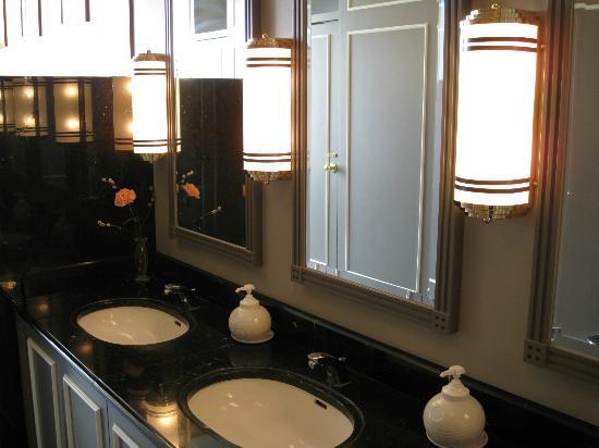 Hotel Monterey Edelhof Sapporo: ホテルモントレ エーデルホフ札幌・・朝食レストラン左手トイレの洗面