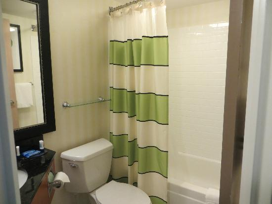 Fairfield Inn Portland Maine Mall: Small Bathroom
