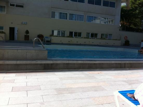 4R Salou Park Resort II: pool area, in the shade!!!