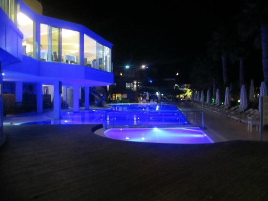 Delta Beach Resort: Main pool and buffet restaurant