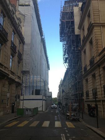 Majestic Hotel Spa Paris: Вход в отель, там где развивается флаг