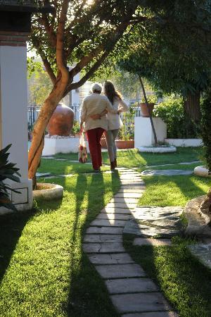 Hotel Alcadima: Paseo por el jardín