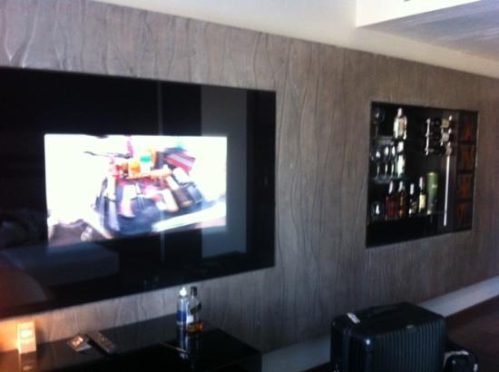 11 Mirrors Design Hotel : Flat TV and the bar