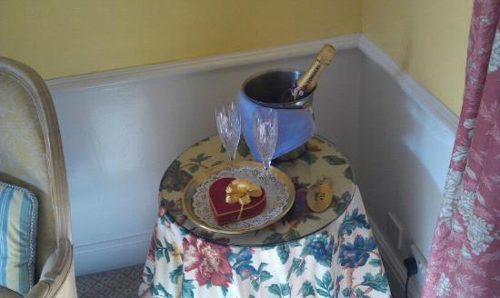 فندق كيلمايكل كنتري هاوس: Champagne and chocolates! 