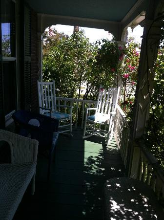 Portsmouth Harbor Inn and Spa: Darling side porch