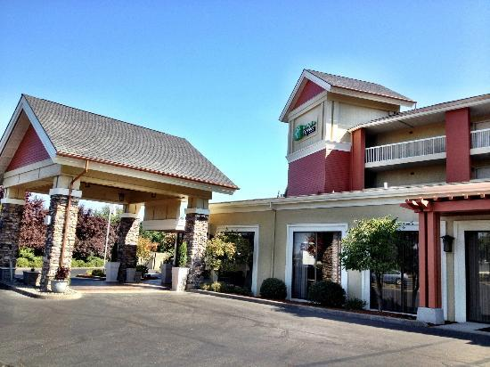 Holiday Inn Express Roseburg: Hotel updated its appearance of building. Looks very nice.