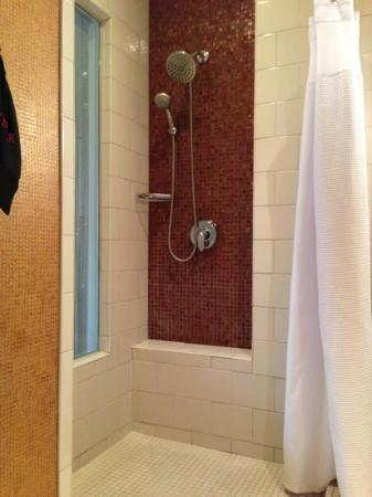 Glenn Hotel, Autograph Collection: Room on 8th floor - shower.