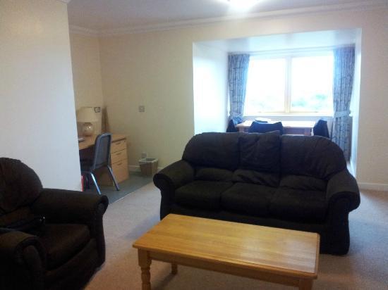 zimmer nr 1 wohnzimmer mit lesesessel sofa esstisch. Black Bedroom Furniture Sets. Home Design Ideas