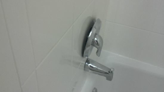 Quality Inn & Suites Chambersburg: Loose tub handle