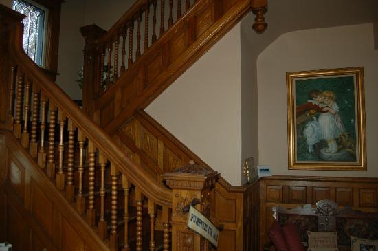 Garden Gate Bed and Breakfast: Stair case leading to 4 guest rooms
