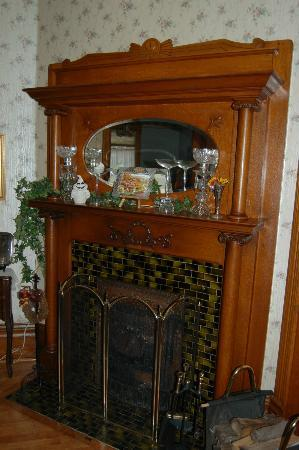 Garden Gate Bed and Breakfast : Fireplace