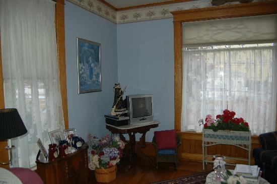Garden Gate Bed and Breakfast: View of the living room