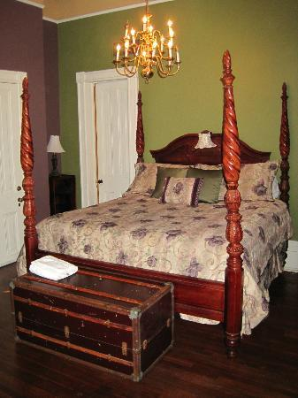 Avenue Inn Bed and Breakfast: King corner room - 1st floor