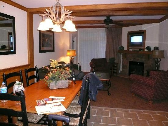 Holiday Inn Club Vacations Gatlinburg-Smoky Mountain: Living & dining area