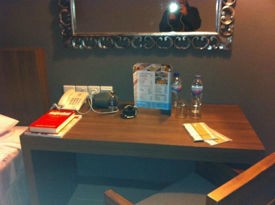 Praja Hotel Bali: Desk