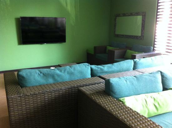 Praja Hotel Bali: Lobby with TV