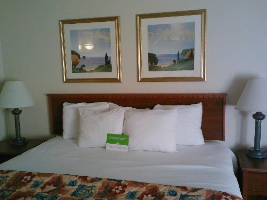 La Quinta Inn Cincinnati North: 2 bdrm suite. main bed room