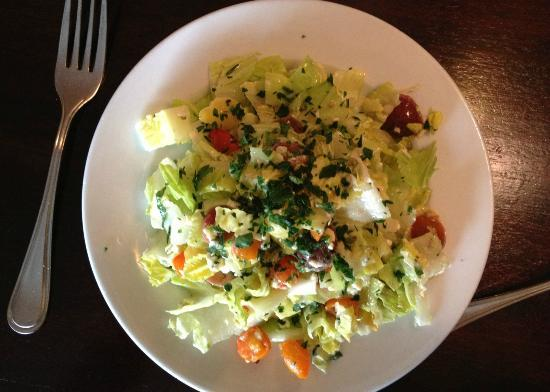 Cucina Restaurant and Wine Bar: Romaine, blue cheese and a variety of sweet cherry tomatoes--excellent
