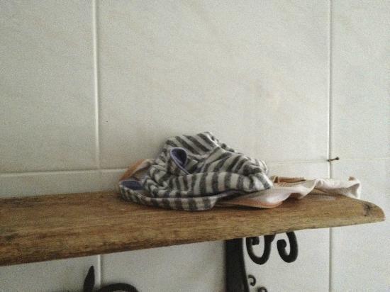 Welcome Bed & Breakfast: Habits restés sur la tablette de la salle de bain commune pendant tout notre séjour. Nettoyage??