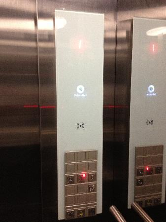 Eka Hotel Nairobi: In lift