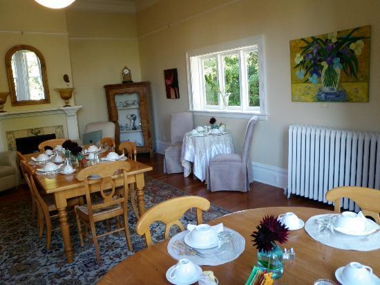 Fairholme Manor: Breakfast room - No doilies here!