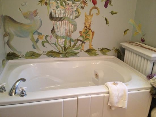 Butler House on Grand: Great spa tub and cool murals throughout the room.