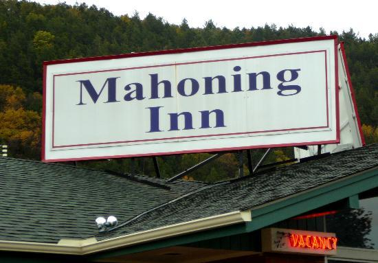 Mahoning Inn: Sign on top of motel