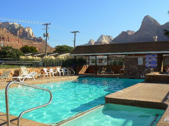 Bumbleberry Inn: Pool with a view!