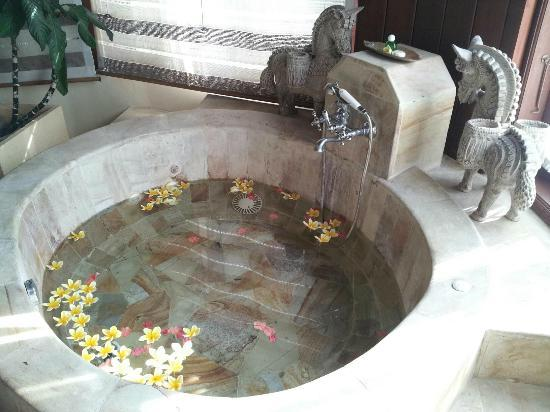 Dewani Villa: Grand bath tub with fresh fragrant flowers upon arrival