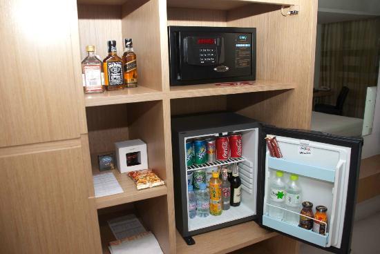 โรงแรม เลอ ฟินิกซ์ สุขุมวิท: Stocked mini bar