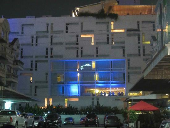 Le Fenix Sukhumvit: Neon Le Fenix