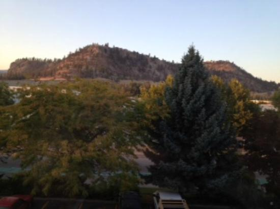 Ramada Kelowna Hotel and Conference Centre : Another view from the room to the right