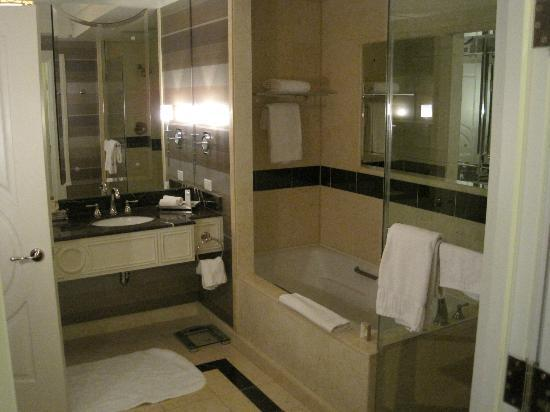 The Palazzo Resort Hotel Casino: King Suite bathroom
