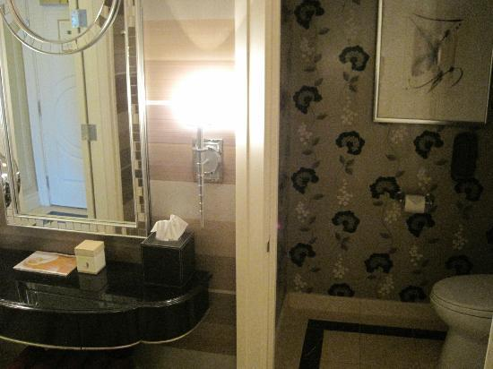 The Palazzo Resort Hotel Casino: King Suite bathroom - separate room for toilet