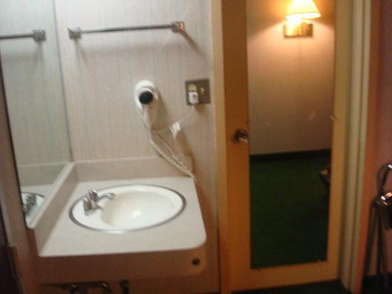 Americas Best Value Inn: sink in the room