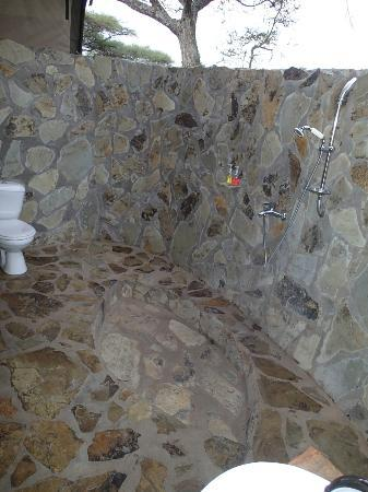 Mapito Tented Camp Serengeti: Outdoor shower and toilet