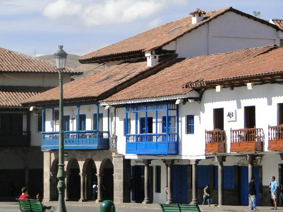 Plaza de Armas Cusco Hotel: Hotel con balcones azules