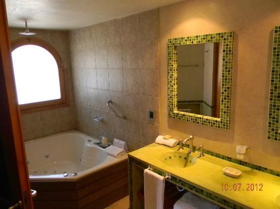 Lirolay Suites: baño con jacuzzi