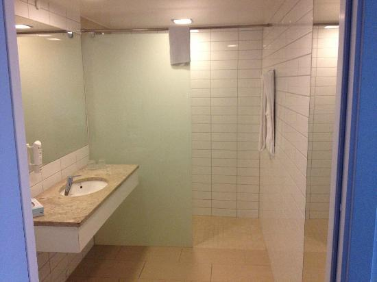 Scandic Hotel Opalen: Spacious bathroom with walk in shower
