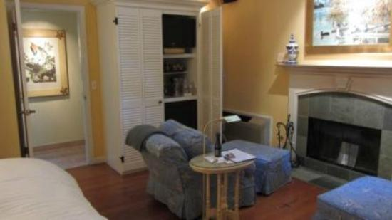Cottage Grove Inn: Sitting area and entertainment/bar cabinet - cottage #6