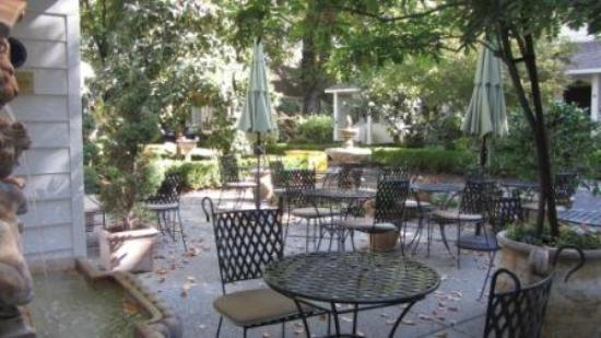 Cottage Grove Inn: Outside tables for happy hour or breakfast