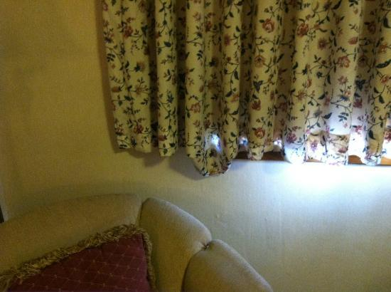 Quality Inn at Quechee Gorge: Living room curtain with hanging hem