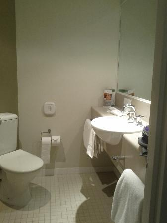 Travelodge Southbank Melbourne: rm817 bathroom