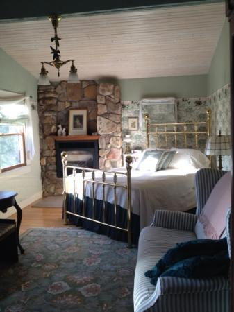 Old Massanutten Lodge: bed & fireplace in the Ruby Hummer
