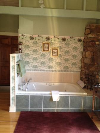 Old Massanutten Lodge: the jacuzzi tub in the Ruby Hummer
