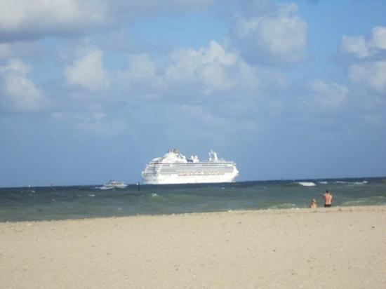 Lago Mar Beach Resort & Club: View of cruise ship sailaway from the beach