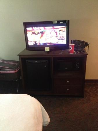 Hampton Inn Los Angeles / Carson / Torrance: TV/fridge/microwave cabinet