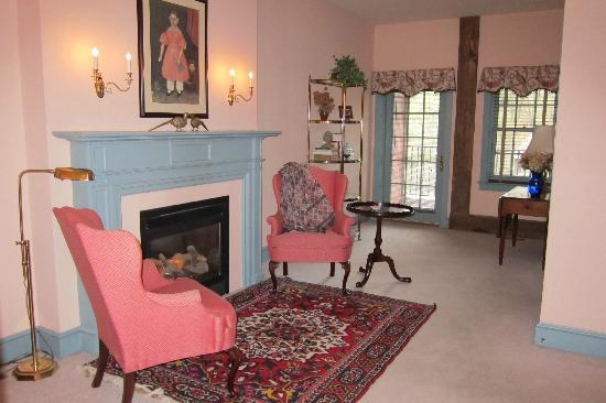 Pheasant Run Farm : fireplace in bedroom