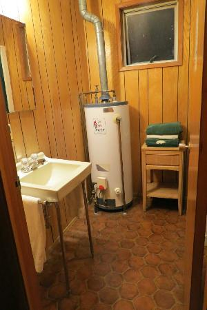 Bungalow Motel: bathroom