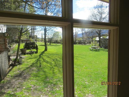 Cardrona Hotel: Outlook into the garden